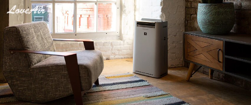 Ein Luftreiniger von Sharp im Zimmer